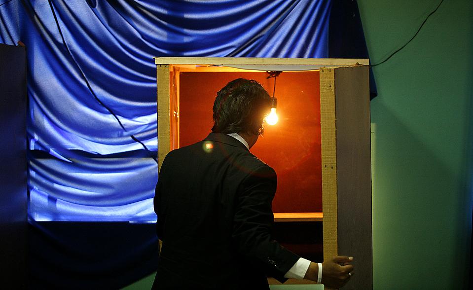 8) Независимый кандидат в президенты Чили Марко Энрикес-Оминами голосует в чилийском города Запаллар. Фаворитом этих выборов стал представитель консерваторов, миллиардер Себастьяна Пиньера, вероятней всего он станет победителем на следующем туре выборов, которые пройдут 17 января. (Eliseo Fernandez/Reuters)