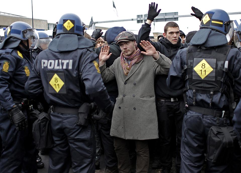 13) Полиция задержала демонстрантов в Копенгагене, месте проведения конференции ООН по вопросам изменения климата. (Thibault Camus/Associated Press)