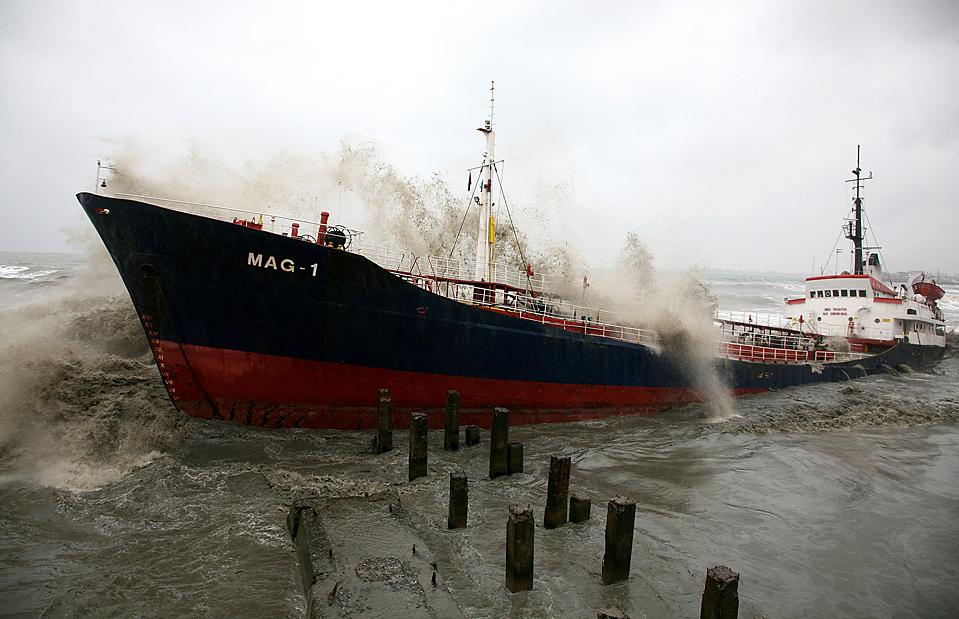 16) Шторм стал причиной того, что турецкий танкер MAG-1 сорвался с якоря и был выброшен волнами на берег в Сухуми. Экипаж не пострадал. Утечка горючего не обнаружена, т.к. танкер был пустым. (Ibragim Chkadua/Agence France-Presse/Getty Images)
