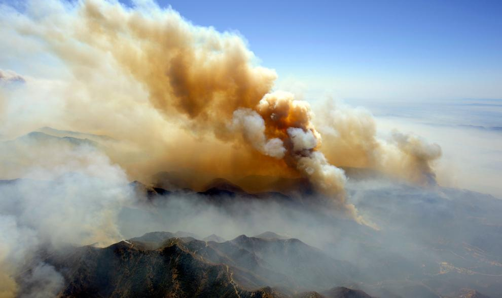 12) Лесной пожар возле Лос-Анджелеса. (Kevork Djansezian/Getty Images News/ fotobank.ua / 31 августа 2009/ США, Лос-Анджелес)