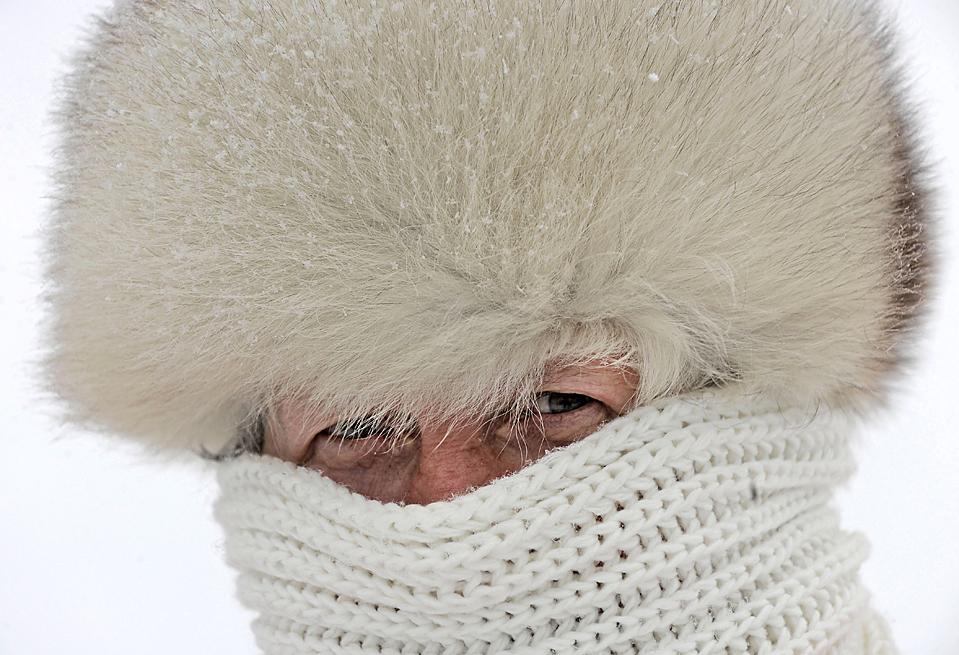 1) Эрна Вечтер закуталась шарфом и надела теплую меховую шапку после снегопада в немецком городе Оберхоф во вторник. Согласно прогнозам ближайшие несколько дней тут сохранится морозная погода. (Jens Meyer/Associated Press)