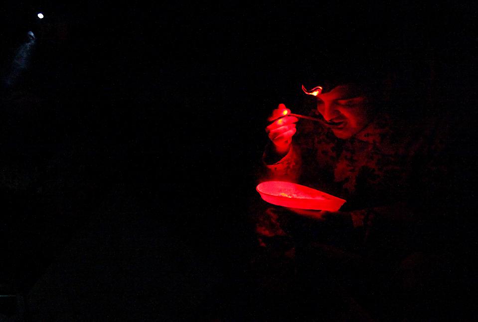 2) Немецкий солдат из Международных сил содействия безопасности ужинает на боевом посту в Чахар Дара, Афганистан, во вторник. (Fabrizio Bensch/Reuters)