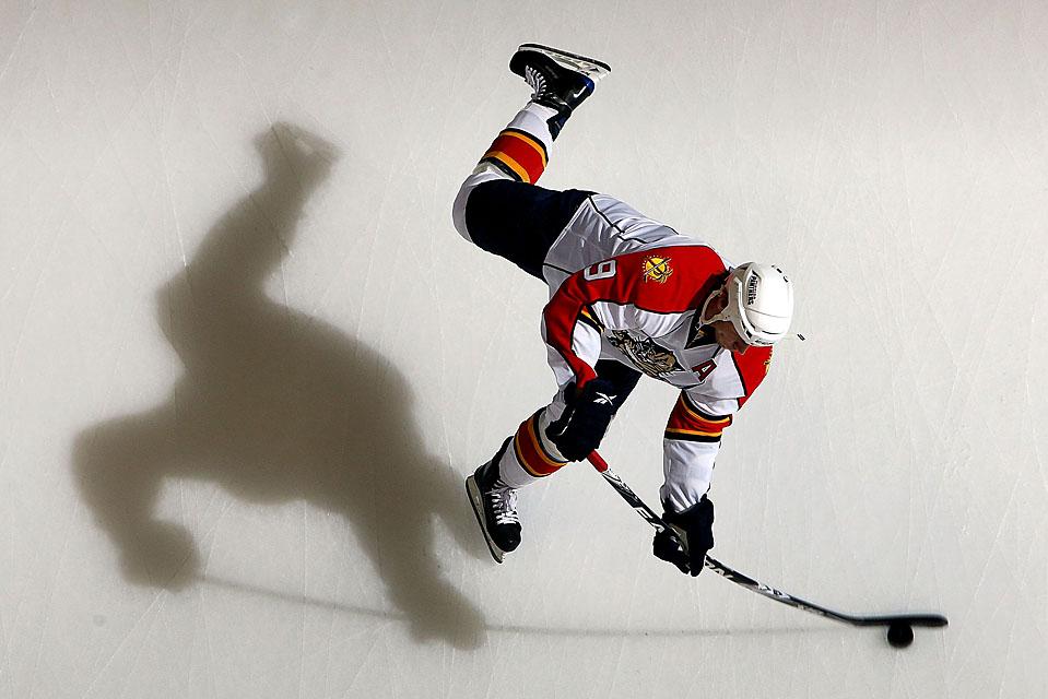 3) Стивен Вайс, игрок команды «Florida Panthers» разогревается перед игрой против «New York Islanders» в городе Юниондейл, штат Нью-Йорк. Флорида выиграла со счетом 7-1. (Jim McIsaac/Getty Images)