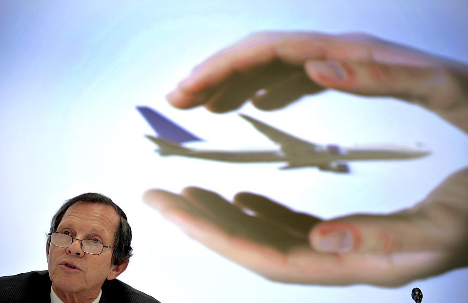 """4) Директор Международной ассоциации воздушного транспорта Джованни Бисиньяни выступает перед представителями средств массовой информации в Женеве. Отраслевая  группа расширила свои прогнозы относительно возможных убытков в сфере транспорта в 2010 с 3,8 млрд. до $ 5,6 долл. США. млрд. """"Затраты на топливо растут, а средние цены на билеты остаются на прежнем уровне"""", заявил Бисиньяни. (Fabrice Coffrini/Agence France-Presse/Getty Images)"""
