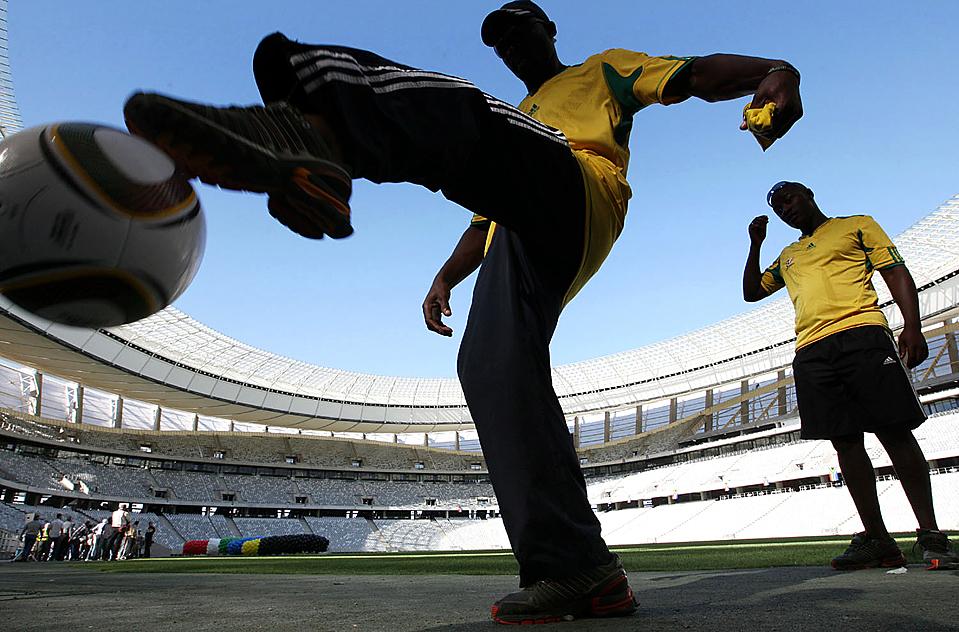 5) Любители футбола на новом стадионе, недавно построенном к Кубку по футболу в Кейптауне, Южная Африка. Стадион будет вмещать около 68 тысяч зрителей. (Associated Press)