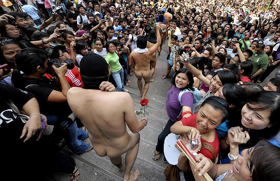 7) Члены студенческого братства Университета Филиппин в начале традиционного забега в голом виде по студенческому городку в Маниле. (Jay Directo/Agence France-Presse/Getty Images)