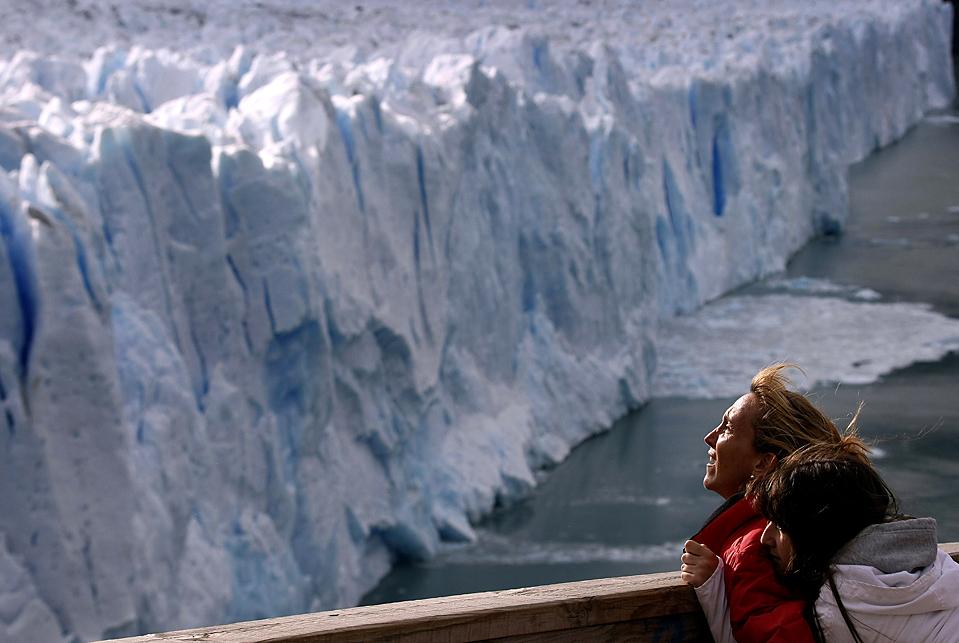 10) Туристы любуются видом на ледник Перито Морено вблизи Эль Калафате, Аргентина. Ученые предупреждают, что из-за изменения климата ледники в Андах продолжают таять. Согласно некоторым исследованиям эти ледники могут исчезнуть всего через 25 лет. (Marcos Brindicci/Reuters)
