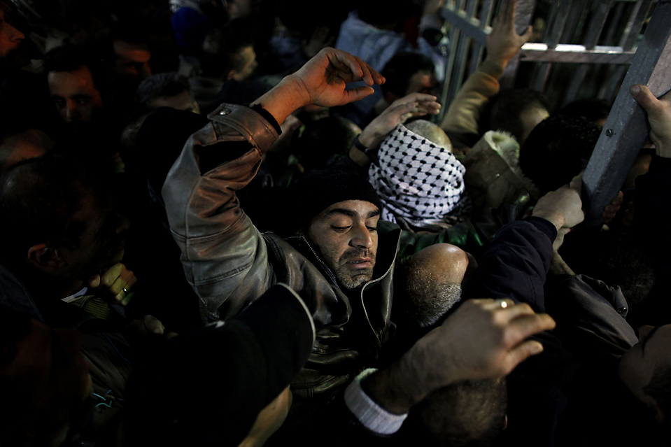 15) Палестинец пытается пересечь контрольно-пропускной пункт Каландия между Иерусалимом и Рамаллой на Западном берегу реки Иордан. (Tara Todras-Whitehill/Associated Press)