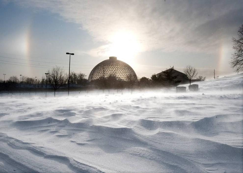 9. Солнце встает над куполом в зоопарке Генри Дурли в Омахе, штат Небраска. (Nati Harnik / AP)