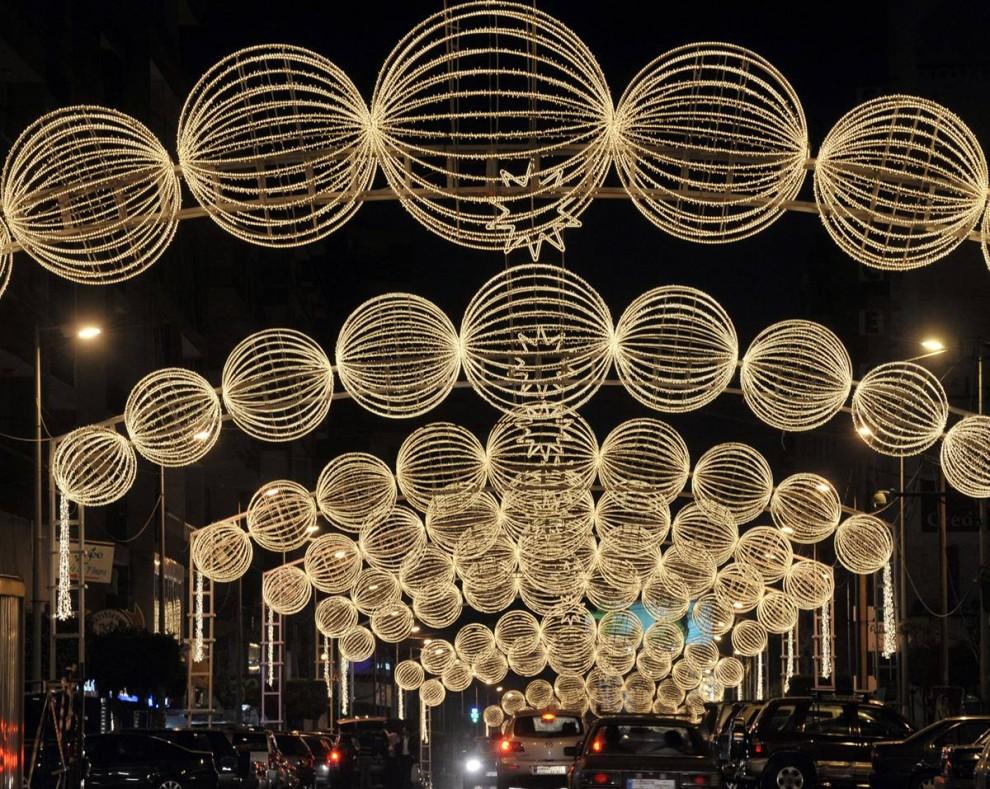 12. Рождественские декорации украшают улицу в пригороде Нью-Джейдех, Бейрут, Ливан, 29 ноября. (Wael Hamzeh / EPA)