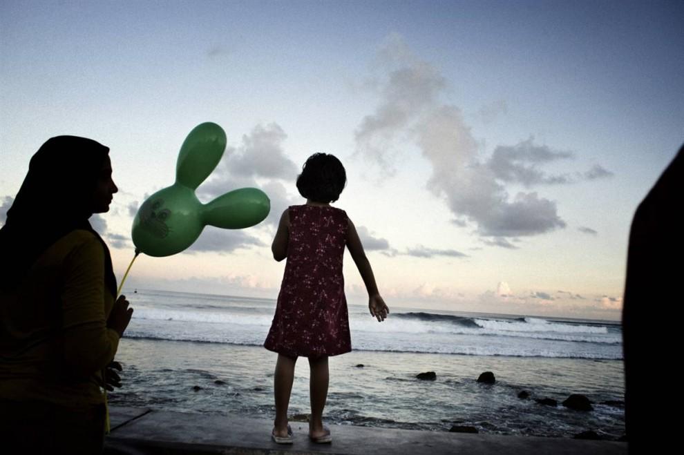 11. Жители Мале и других Мальдивских островов являются частью островной культуры, насчитывающей, по меньшей мере, 2000 лет. «Мы не хотим покидать Мальдивы, - говорит президент Мохаммед Нашид. – Но мы также не хотим стать «климатическими беженцами» и жить в палатках и лагерях десятилетиями». (Francesco Zizola/Consequences by NOOR)