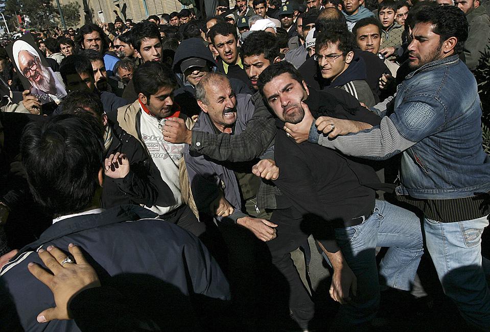 3) Сторонники оппозиции и про-правительственные демонстранты подрались во время похоронной процессии великого аятоллы Хоссейны Али Монтазери в иранском городе Кума. Почитаемый людьми аятолла, который был известен тем, что критиковал правительство, скончался в воскресенье в возрасте 87 лет. (Associated Press)