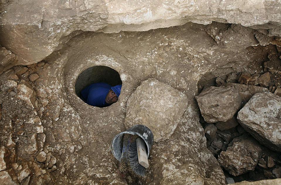 4) Сотрудник Израильского департамента древностей работает на раскопках древнего дома в Назарете. Тут было обнаружено скромное жилище, которое относится ко времени жизни Иисуса Христа. (Gil Cohen Magen/Reuters)