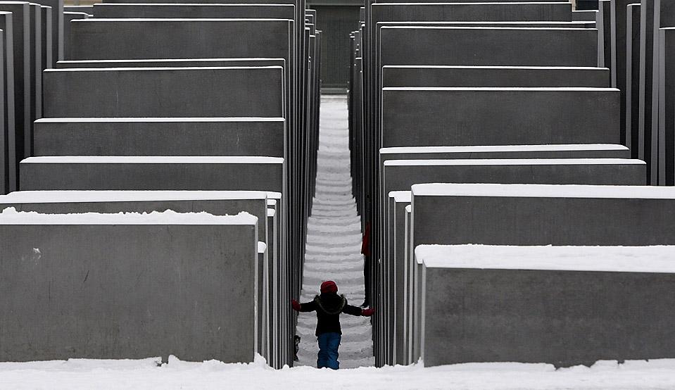 8) Ребенок идет через заснеженный мемориал жертвам Холокоста в Берлине. (Tobias Schwarz/Reuters)