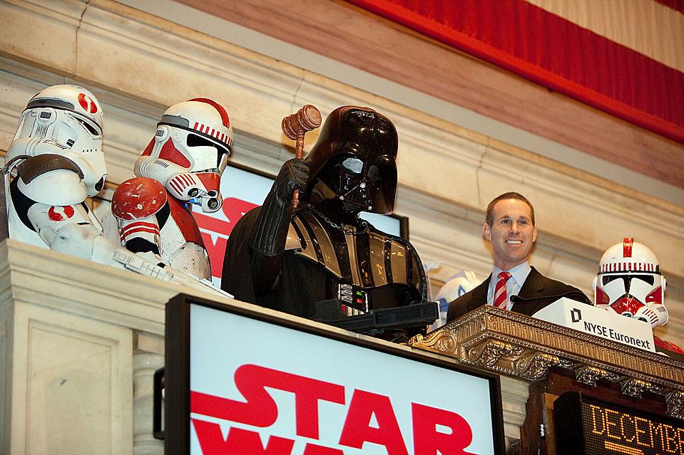"""1) Дарт Вейдер и штурмовики из """"Звездных войн"""" звонят в честь открытия нью-йоркской фондовой биржи в Нью-Йорке. (Dario Cantatore/Getty Images)"""