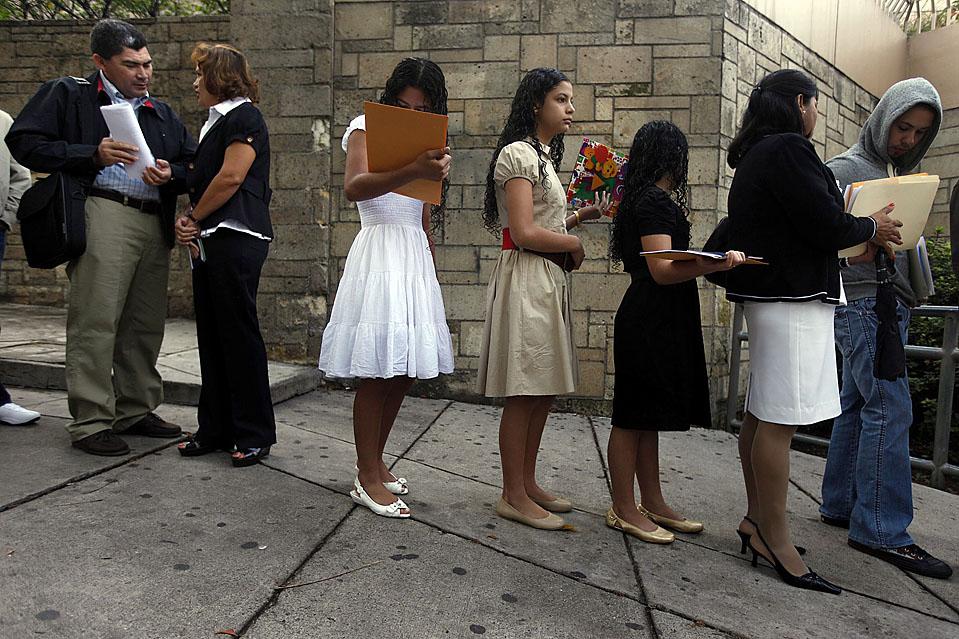 2) Люди выстроились перед зданием посольства США в Тегусигальпе, чтобы подать документы на визу. США возобновили выдачу виз гражданам Гондураса после перерыва с июня этого года, когда Мануэль Селайя был свергнут с поста  президента. (Edgard Garrido/Reuters)