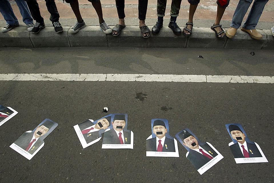 3) Участники акции протеста разложили фотографии президента Индонезии Сусило Бамбангом Юдхойоно и вице-президента Боедионо на одной из улиц в городе Сурабая. Недовольство вызвало банкротство важного для страны банка Century Bank, в котором люди обвиняют президента. (Trisnadi/Associated Press)