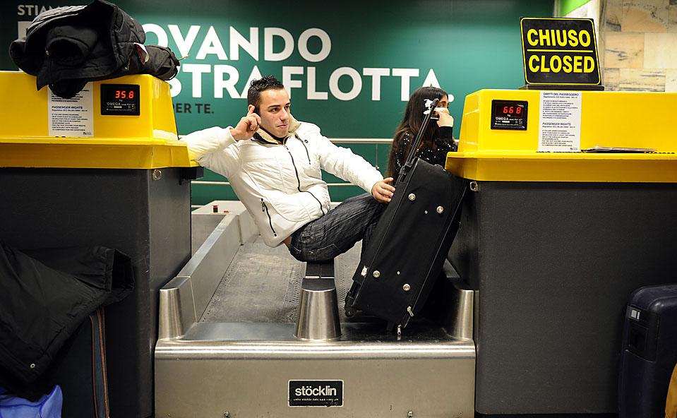 6) Пассажиры в миланском аэропорту Линате в ожидании своего рейса, который был отложен из-за снежной и морозной погоды. (Damien Meyer/Agence France-Presse/Getty Images)