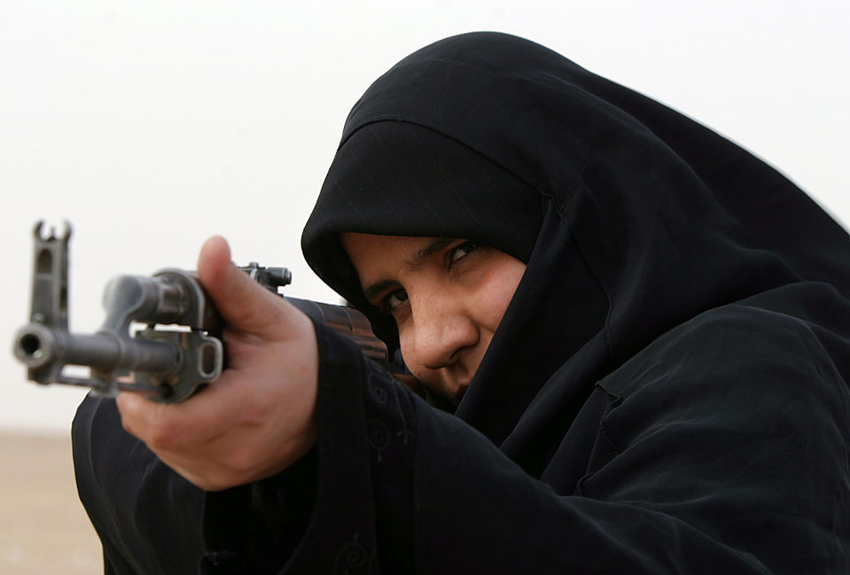 11) Женщина-полицейский целится во время занятий в Академии полиции в иракском городе Эн-Наджаф. (Alaa al-Marjani/Associated Press)