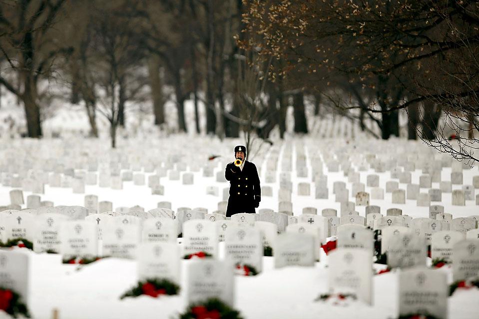13) Сержант-майор армии США Деннис Эдельброк играет на горне во время похорон сержанта Даниэля Фрейзера на Арлингтонском национальном кладбище в штате Вирджиния. Сержант Фрейзер скончался 19 ноября в Афганистане от ран, полученных в результате взрыва террориста-смертника. (Chip Somodevilla/Getty Images)
