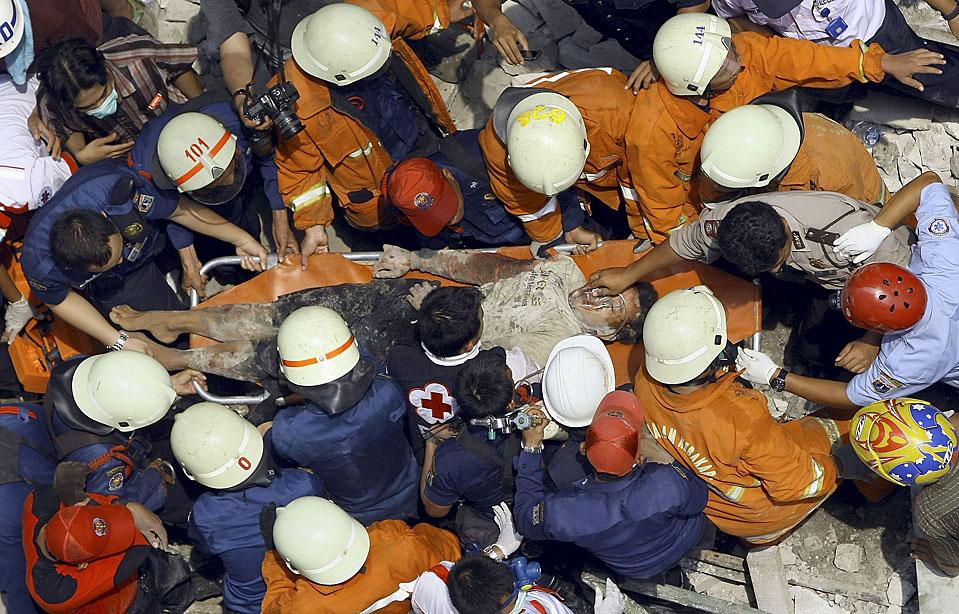 1) Индонезийские спасатели несут пострадавшего с места, где в центре Джакарты рухнуло незаконно возведенная пристройка к торговому центру. Два человека были убиты и 12 ранены в результате этого инцидента. (Bagus Indahono/European Press Agency)