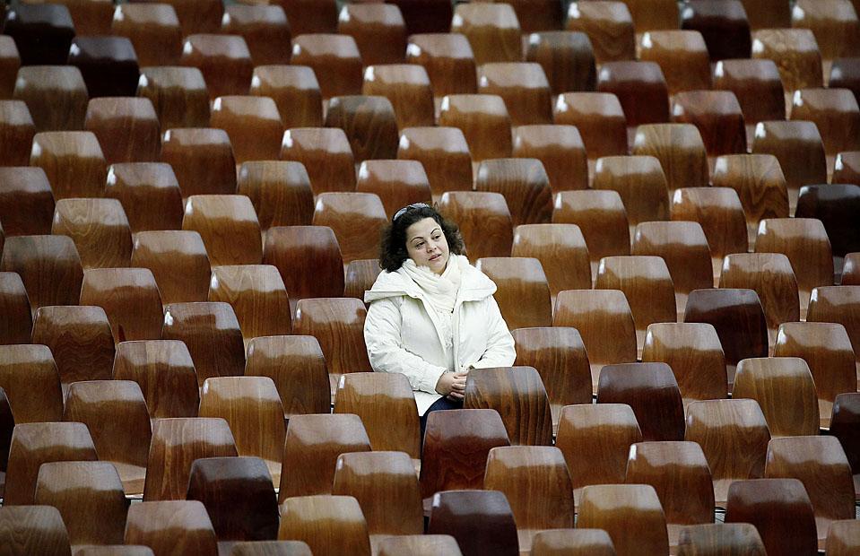 2) Женщина во время еженедельной аудиенции Папы Бенедикта XVI в Ватикане. (Alessia Pierdomenico/Reuters)