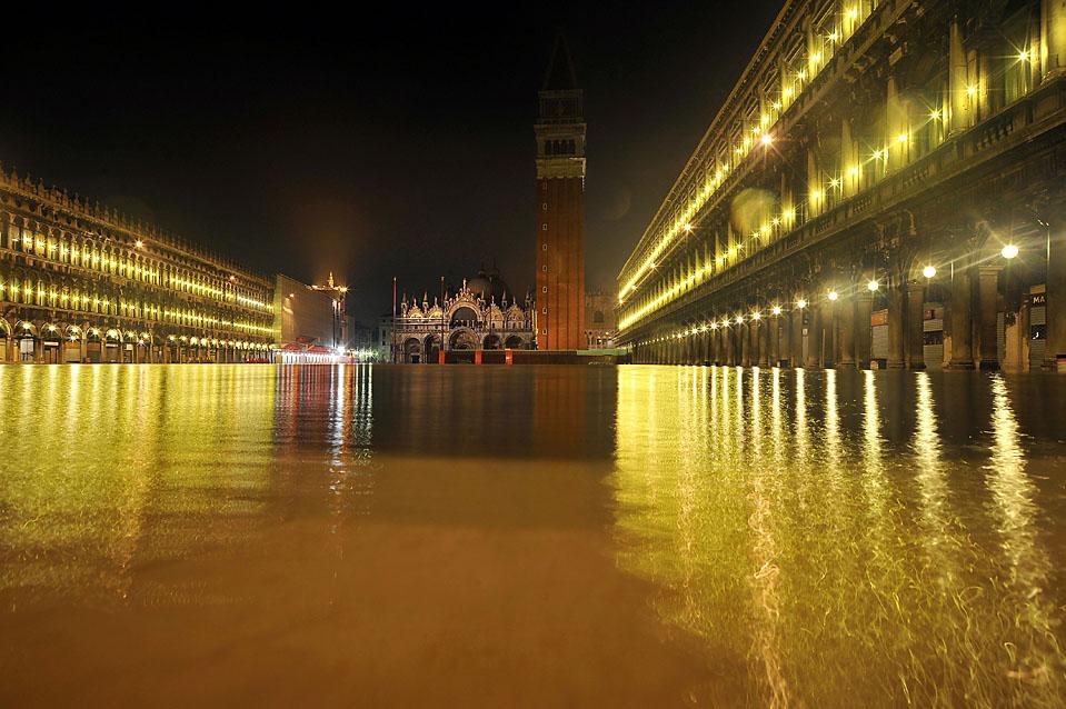 4) Значительная часть Венеции, в том числе и знаменитая площадь Св. Марка, остаются затопленными с 30 ноября 2009 после того, как тут прошли обильные дожди. (Andrea Pattaro/Agence-France Press/Getty Images)
