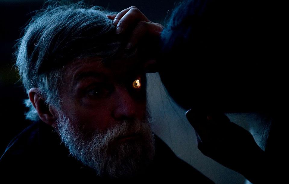 9) Медик осматривает глаза у лондонского бездомного во временном пристанище для обездоленных в Восточном Лондоне. Девять таких благотворительных приютов были созданы с целью оказания помощи двум тысячам бездомных в течение семи дней на рождественские праздники. (Leon Neal/AFP/Getty Images)