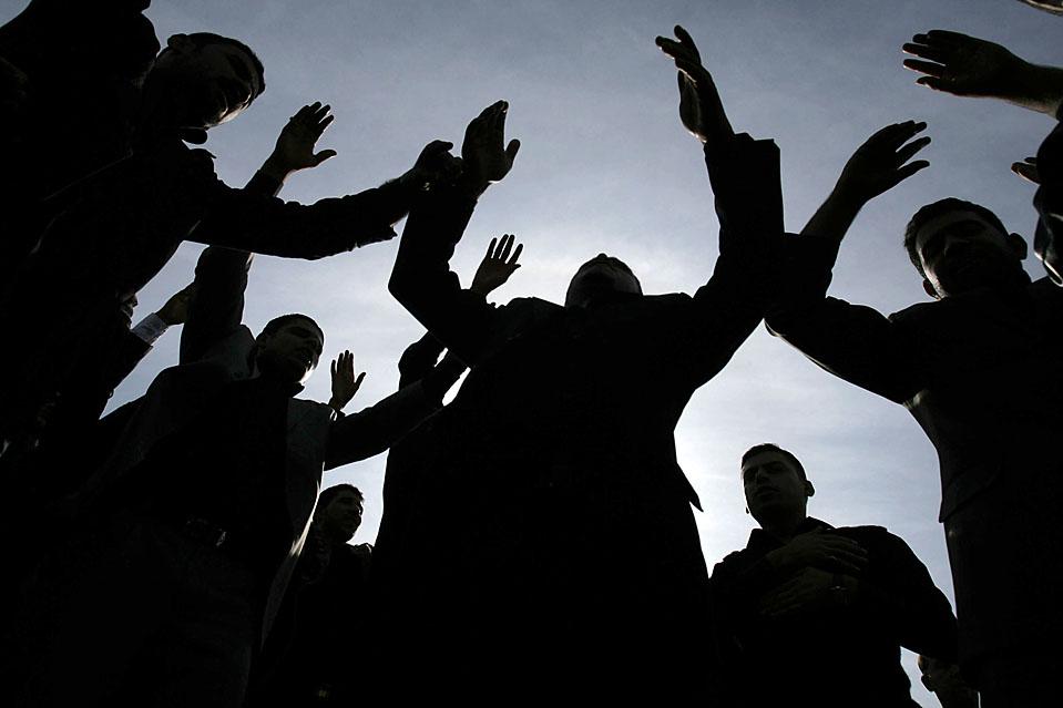 10) Шиитские мусульмане отмечают праздник Ашура в иракском городе Кербель. В этот день люди вспоминают о мученической смерти имама Хусейна, внука Мухаммеда, в битве при Кербеле в 680 году новой эры. (Ahmed al-Husseini/Associated Press)