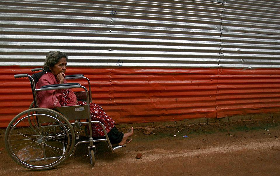 11) Женщина прячется от дождя под навесом в лагере беженцев вблизи Вавунии, к северу от столицы Шри-Ланки Коломбо. Как показал мониторинг, многие из ланкийских беженцев не смогут участвовать в январских выборах. (Andrew Caballero-Reynolds/Reuters)