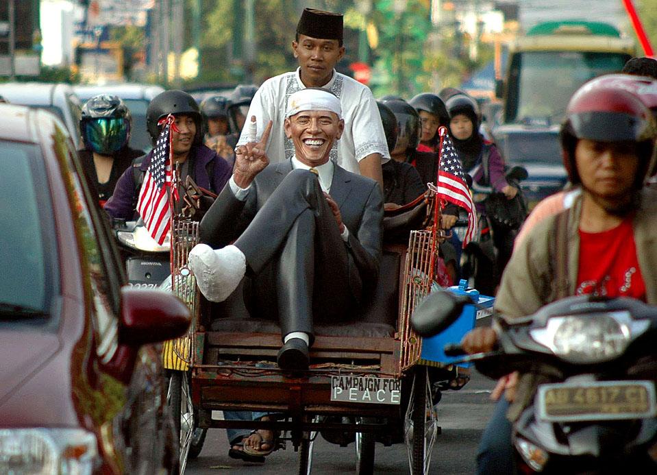 12) Индонезиец везет в велотакси статую президента Барака Обамы из стеклопластика в городе Джокьякарта. Статуя выражает критику Обамы связанную с получением им Нобелевской премии мира при сохранении американских войск на территории Ирака и Афганистана. (Slamet Riyadi/Associated Press)