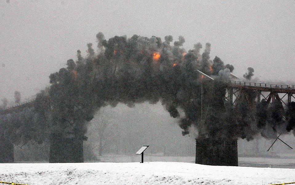 1. Мост через озеро Шамплейн между Краун Пойнт, Нью-Йорк, и Эдисоном, Вермонт, был взорван. 80-летняя переправа через озеро была закрыта в октябре из-за эрозии железобетонных опор. 665-метровый мост был первым в своем роде, доступным для общественного транспорта. Его планируют заменить к лету 2011 года. (Mike Groll/Associated Press)