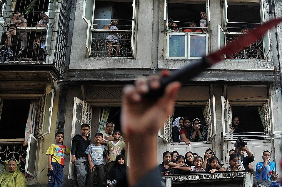 5. Шиитские мусульмане празднуют Ашуру в Мумбаи. Празднование включает в себя период скорби в память об убитом внуке пророка Мухаммеда. (Pal Pillai/Agence France-Presse/Getty Images)