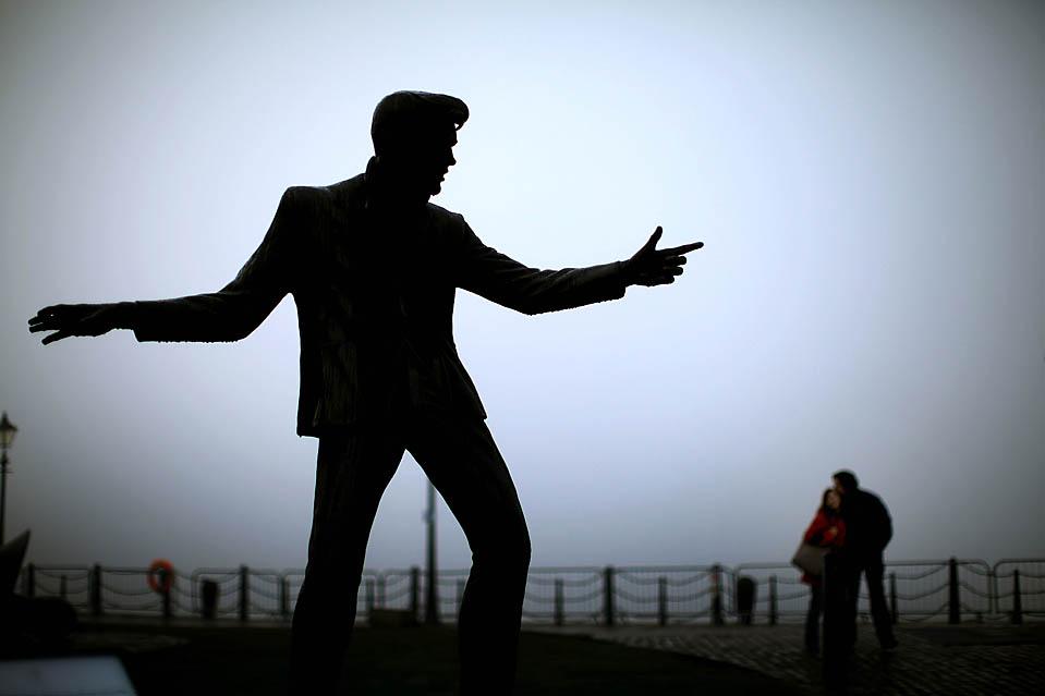 14. Парочка обнимается рядом со статуей покойного певца Билли Фьюри в Ливерпуле. (Christopher Furlong/Getty Images)