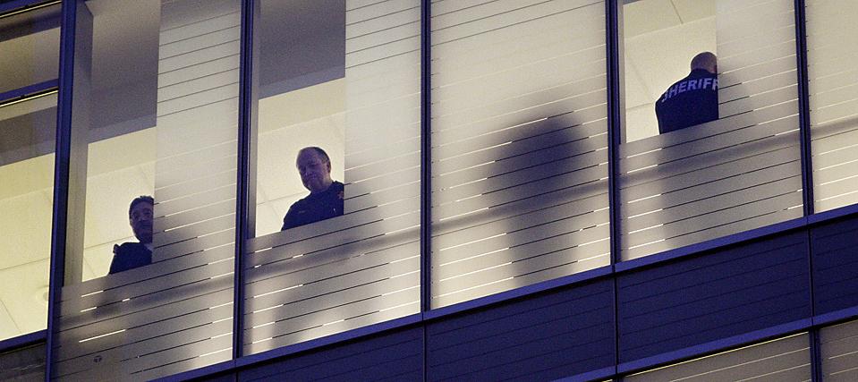 4. Полицейские ждут у палаты заместителя шерифа округа Пирс, штат Вашингтон, Кента Мунделла в Сиэтле. Мистер Мунделл -  один из двух офицеров, которых на прошлой неделе застрелил во время беспорядков пьяный мужчина. Мистер Мунделла оказался на аппаратах искусственного жизнеобеспечения. Второго офицера выписали из больницы накануне Рождества. (Elaine Thompson/Associated Press)
