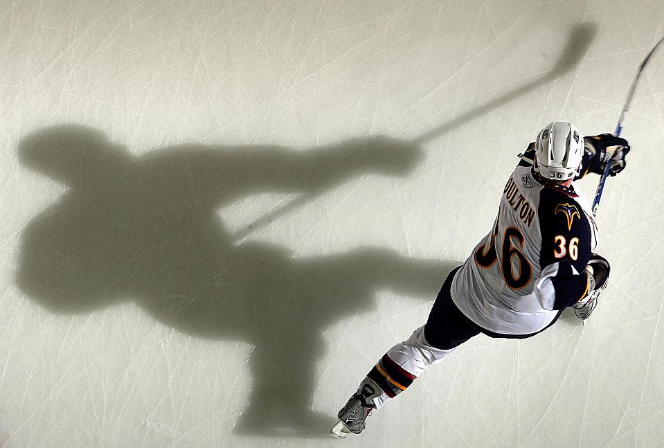 6. Эрик Болтон из «Atlanta Thrashers» разогревается перед игрой с «New Jersey Devils» на стадионе «Prudential Center» в Ньюварке, Нью-Джерси. «Devils» выиграли со счетом 3-2. (Jim McIsaac/Getty Images)