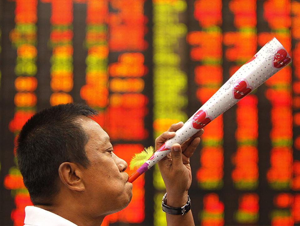 16. Торговец дует в бумажный рожок, сигнализируя о закрытии последнего дня покупок в этом году в финансовом районе Манилы. (Pat Roque/Associated Press)