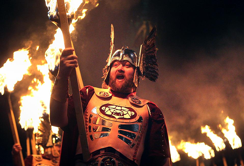 1. Люди в костюмах викингов участвуют в процессии в Эдинбурге в честь шотландского Нового года – праздника Хогманай. (David Cheskin/PA/Associated Press)