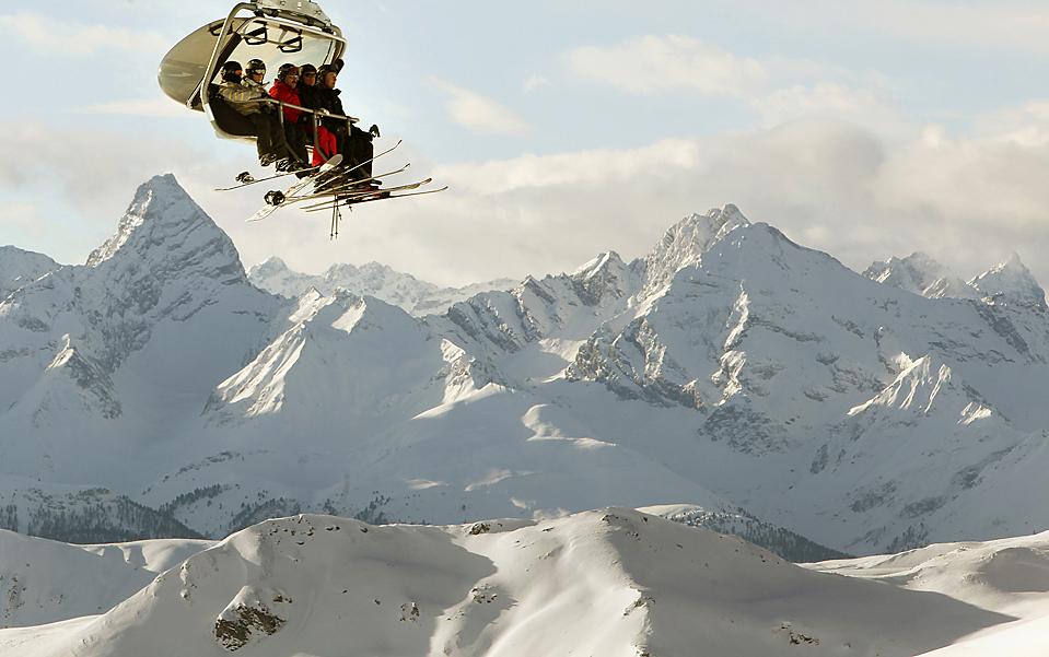 6. Лыжники сидят в кабинке кресельного подъемника, направляющегося на гору Вайсфлюгйох (Weissfluhjoch) в Швейцарии. (Arnd Wiegmann/Reuters)