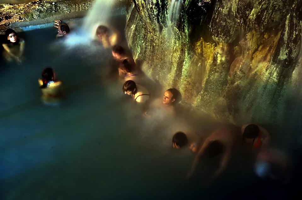 7. Люди сидят в горячем источнике недалеко от Аридеа, Греция. (Louisa Gouliamaki/Agence France-Presse/Getty Images)