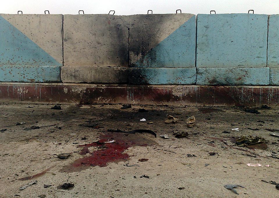 9. Террористы-смертники взорвали две бомбы в Рамади, Ирак, оставив кровавые пятна и подпалины недалеко от провинциального административного здания. Погибли, по меньшей мере, 23 человека. Сообщается, что это была попытка убийства местного губернатора. (Associated Press)