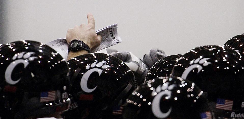 16. Главный тренер команды «Cincinnati Bearcats» и нападающий координатор Джефф Куинн указывают путь перед началом тренировки в Метаири, штат Луизиана. «Cincinnati» сыграют с «Florida Gators» в Sugar Bowl 31 декабря. (Bill Haber/Associated Press)