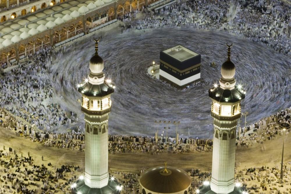 12) Мусульманские паломники ходят вокруг Каабы в Великой Мечети в священном городе Мекка после утренней молитвы перед началом паломничества хадж 24 ноября 2009 года. (REUTERS/Caren Firouz)