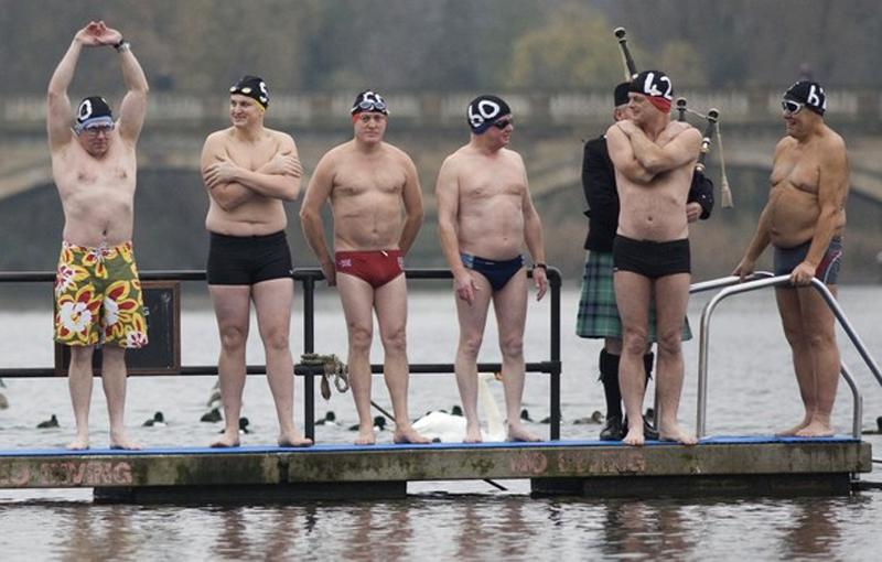 5) (REUTERS/Andrew Winning) Пловцы готовы прыгнуть в воду в Рождественский день в Гайд-парке Лондона.