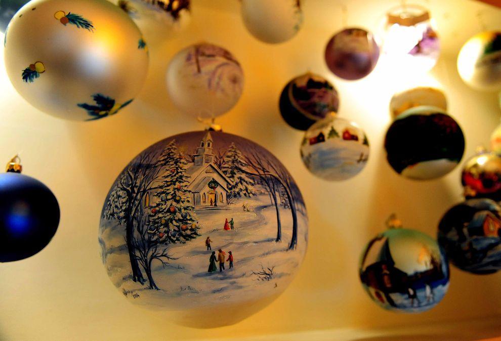 12) Готовые игрушки на фабрике по изготовлению новогодних украшений. (EPA / 20 ноября 2009/ Польша)