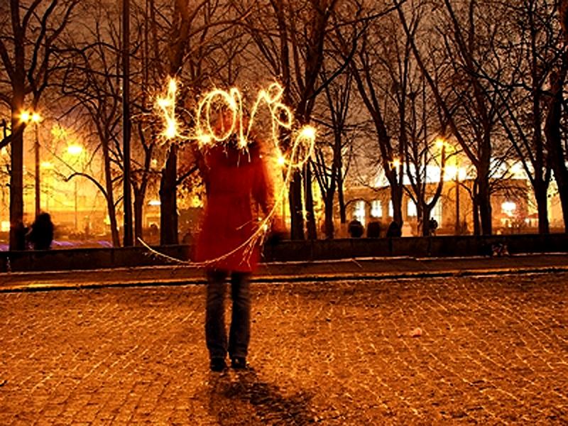 """11) В теме """"Любовь"""" с прекрасным выстрелом из Варшавы победил Брендан Говард. Зарево уличных фонарей, красный плащ, свечение на тротуаре... При всем при этом изображение прекрасно сбалансированно."""