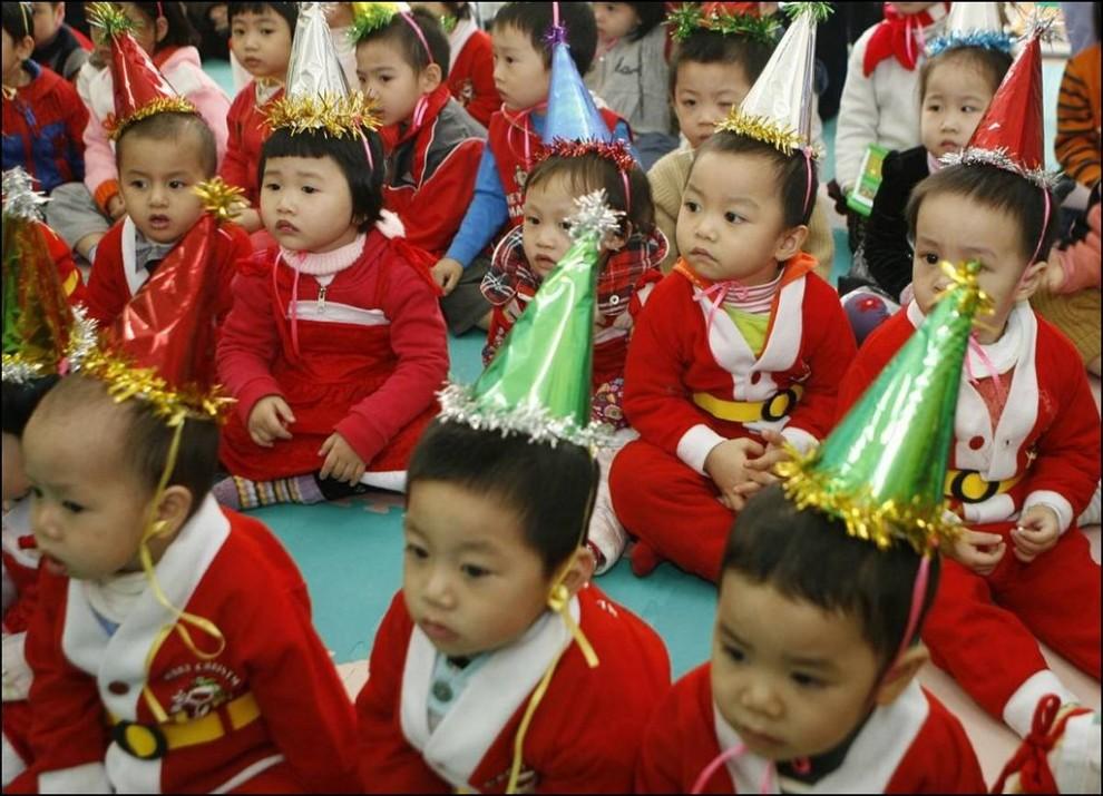 11) Малыши в новогодних костюмах в одном из детских садов Ханоя, Вьетнам. ( Kham/Reuters)