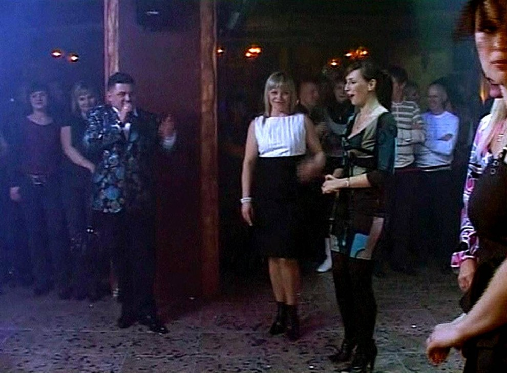 12. На этом фото, вырезанном с любительского видео, женщина справа оглядывается, заметив дым и пламя, уже начавшие заполнять ночной клуб в Перми 4 декабря. Ведущий продолжает говорить в микрофон. (AP)