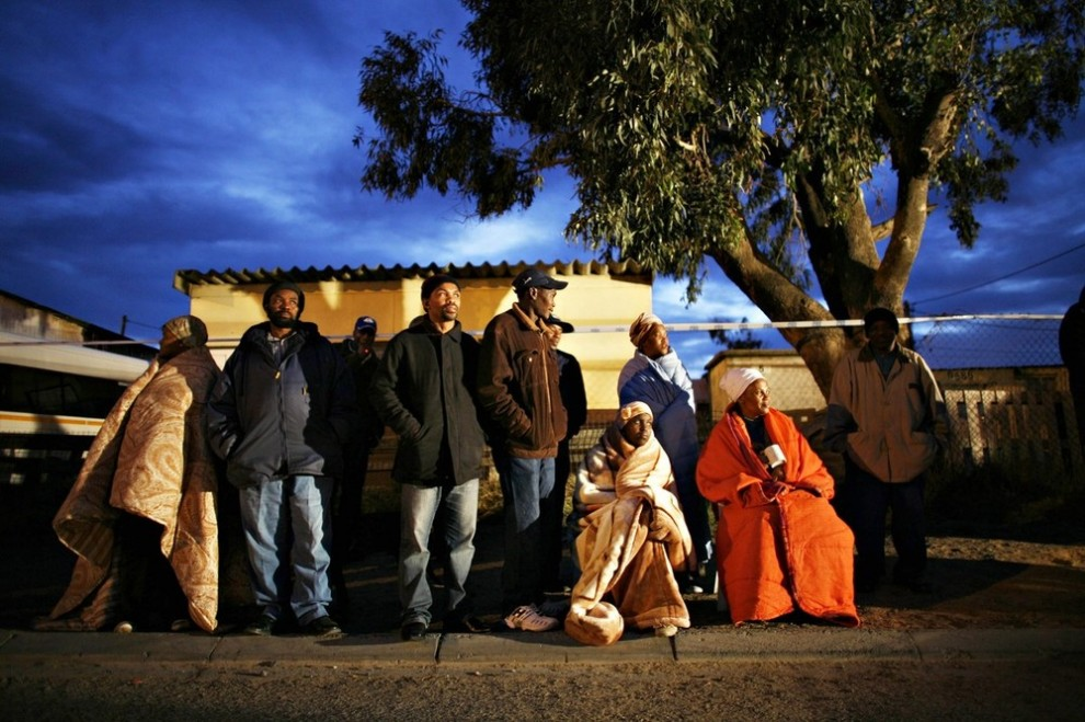 13. Жители Южной Африки ждут открытия избирательного участка в пригороде Кейптауна Кхаелитша 22 апреля 2009 года. Южная Африка голосовала за сохранение Африканского Национального конгресса несмотря на сильнейшую оппозицию с момента распада апартеида 15 лет назад. (REUTERS/Finbarr O'Reilly)