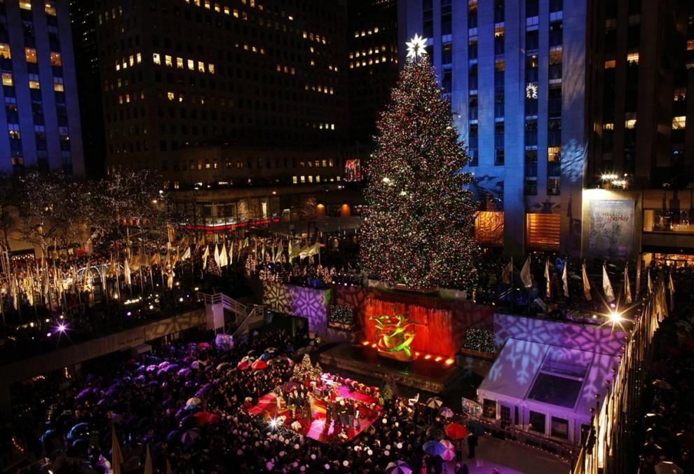 13. 77-ая ежегодная Рождественская елка у Рокфеллер-Центр зажглась 2 декабря в Нью-Йорке. (Brendan Mcdermid / Reuters)